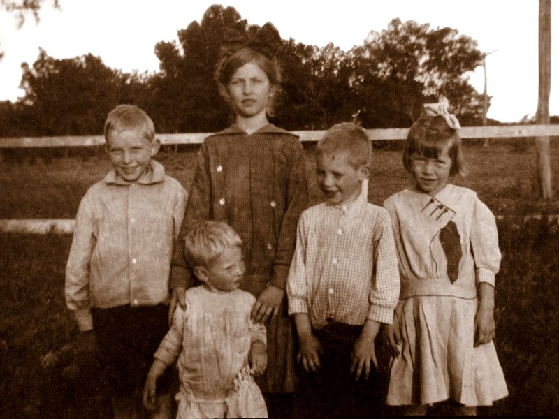 Fuchs kids at the Marble Falls town house, 1914