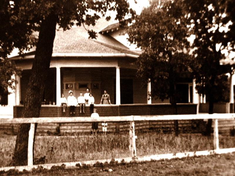 Fuchs kids at the Marble Falls town house, 1915