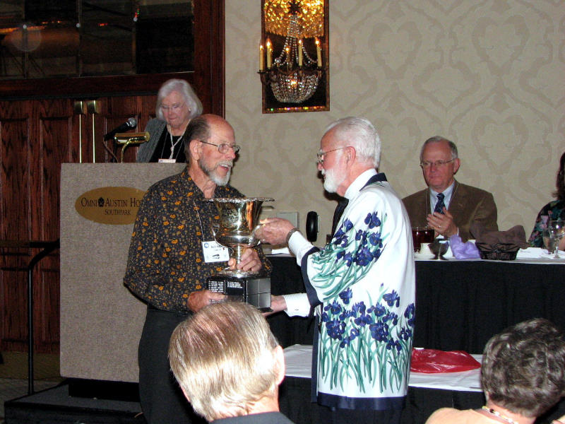 Keith Keppel receives the Fred and Barbara Walther Cup for 'Florentine Silk.'  (Photo by Larry Nunn)