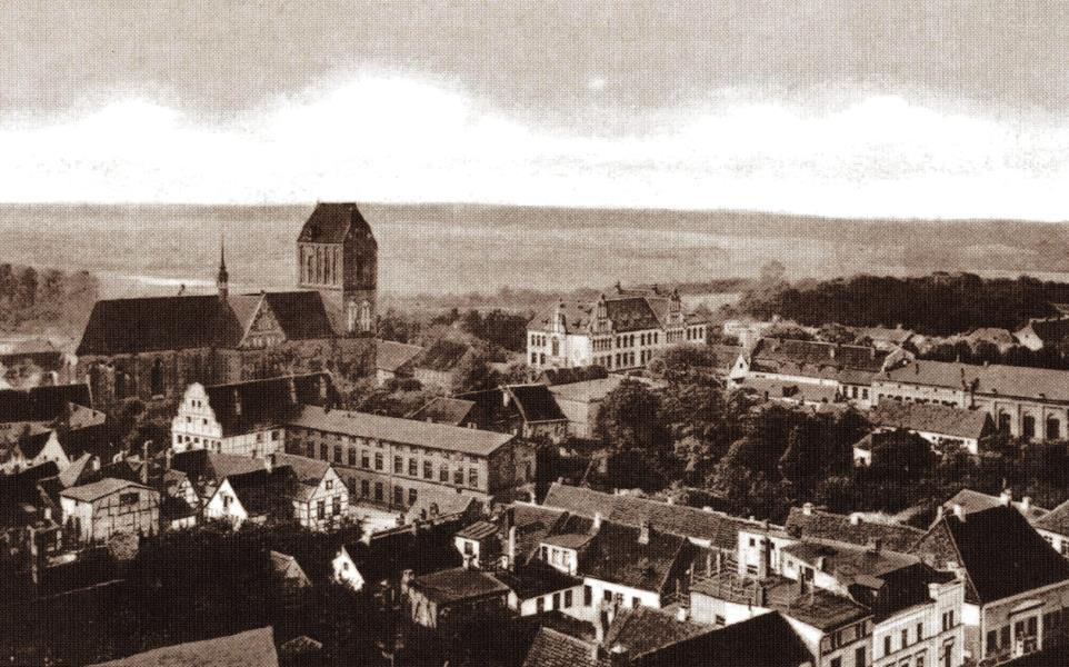 Aerial view of Güstrow in the 1930s; the Dom and the Domschule left center
